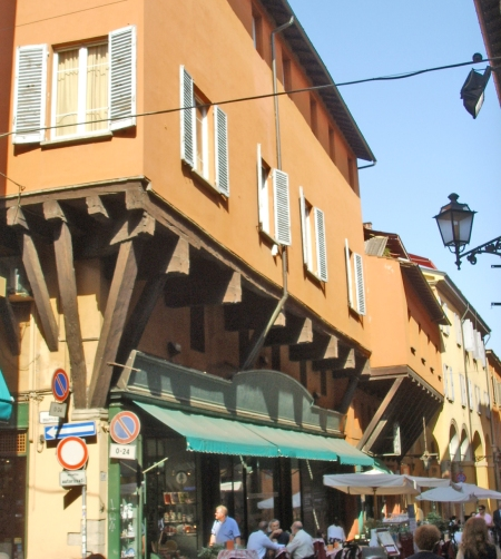 bologna house with supports